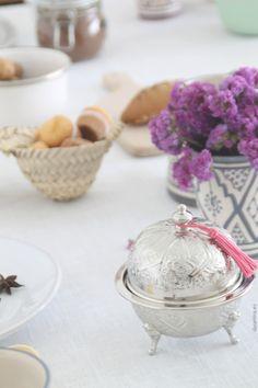 decoración para la mesa de estilo informal y étnica. azucarero de alpaca y vasos de cerámica pintados a mano. dar amïna shop