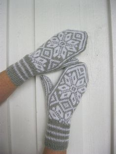 Handknitted mittens with norwegian pattern. These mittens are handknitted in wool in an old traditional norwegian pattern, called selbu. The main color is light grey with white pattern. Knitting Designs, Knitting Projects, Knitting Patterns, Crochet Patterns, Knitting Ideas, Crochet Gloves, Knit Mittens, Knitted Hats, Knitting Basics