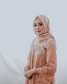 Gambar mungkin berisi: 1 orang Kebaya Brokat, Kebaya Muslim, Custom Made, Party Dress, Engagement, Makeup, Modern, Inspiration, Clothes