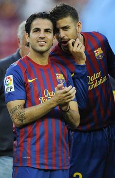 Cesc Fabregas and Gerard Pique of FC Barcelona joke prior the Joan Gamper Trophy match between FC Barcelona and SSC Napoli at the Camp Nou Stadium on August 2011 in Barcelona, Spain. Erstklassige Nachrichtenbilder in hoher Auflösung bei Getty Images Fc Barcelona, David Ramos, Soccer Boys, Camp Nou, Gareth Bale, Lionel Messi, Soccer Players, Cristiano Ronaldo, Tattoos