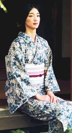 I really want to own a yukata someday I 💗 Japanese Girls Japanese Outfits, Japanese Fashion, Japanese Girl, Furisode Kimono, Kimono Fabric, Traditional Kimono, Traditional Dresses, Mode Kimono, Kimono Japan