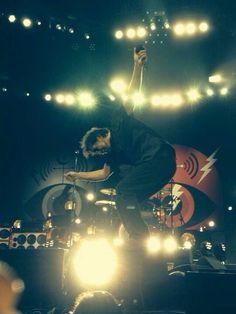 Eddie, that doesn't look safe. Eddie Vedder, Pearl Jam, Choir, Pj, Rock And Roll, Musicians, Singing, Band, Artist