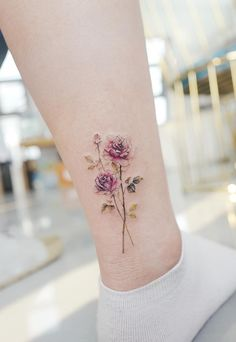 Rose tattoos are one of the most popular tattoos. Roses can be said to belong to a more common kind of flower in life. This kind of flower is not only beautiful, but also different in meaning. Flower Tattoo Foot, Foot Tattoos, Body Art Tattoos, Pretty Tattoos, Cute Tattoos, Beautiful Tattoos, Creative Tattoos, Unique Tattoos, Small Tattoos