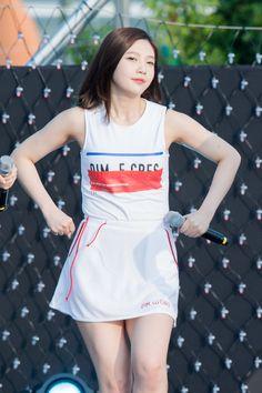 ワキ丸出しのタンクトップ姿で歌って踊るRed Velvetジョイ : Sexy K-POP Girls