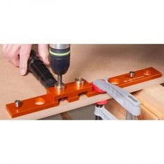 Parf Guide System - maak zelf perfecte gatenrijen van 20 mm in je werkblad (PGS) Guide System, Drill Guide, Shop Work Bench, Diy Workbench, Homemade Tools, 3 Things, Pretty Good, Simple Way, Woodworking Projects