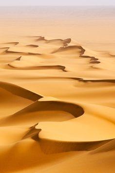 DUNE SABLE - La couleur de ces dunes dorées ont un plissement hétérogène comme l'acrylique bronze de mon dessin