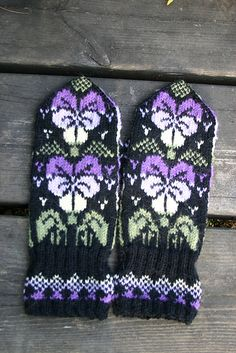 Ravelry: Pensé pattern by Solveig Larsson Knitted Mittens Pattern, Fair Isle Knitting Patterns, Knitting Machine Patterns, Knit Mittens, Knitting Charts, Knitted Gloves, Knitting Socks, Wrist Warmers, Hand Warmers