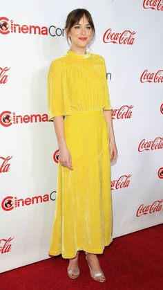 Dakota Johnson in a yellow dress paired with silver sandals. Estilo Dakota Johnson, Dakota Johnson Style, Beautiful Maxi Dresses, Nice Dresses, Celebrity Red Carpet, Celebrity Style, Yellow Dress Casual, Yellow Outfits, Cristian Grey