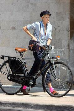Agyness Deyn and the dutch bike. It's the bike I tell you. cte meuf a une classe de fou ! Cycle Chic, Estilo Boyish, Estilo Tomboy, Boyish Style, My Style, Agnes Deyn, Anjou Velo Vintage, Foto Picture, Tomboy Stil