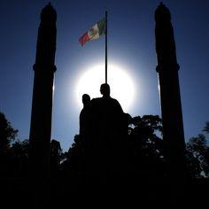 Monumento a los Niños Héroes en el Bosque de Chapultepec, Ciudad de México --- #Lomografico #Fotografia #Photo #PhotooftheDay #Architecture #Digital #NiñosHeroes #Chapultepec #DistritoFederal #DF #MexicoDF #Mexico #BN