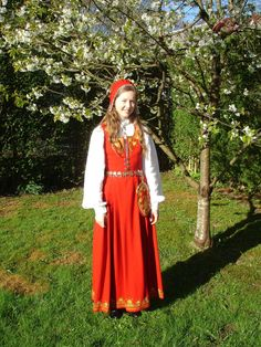 Romerikke bunad. Romerike is a green and lush region close to Oslo. Here you can visit the Eidsvoll Building where Norway's independence from Denmark was declared. Folk Costume, Costumes, Oslo, Denmark, Norway, Beautiful Things, Hobbies, Crafty, Traditional