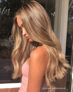 Fall is in the hair 🍂 Blonde Hair Looks, Honey Blonde Hair, Brown Blonde Hair, Carmel Blonde Hair, Blonde Hair With Roots, Fall Blonde, Sandy Blonde, Brunette Hair, Bronde Hair