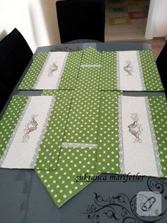 more hearty good wishes table runner Table Runner And Placemats, Quilted Table Runners, Home Crafts, Diy And Crafts, Diy Bed, Mug Rugs, Table Toppers, Fabric Crafts, Sewing Projects