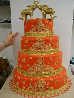 Gold Wedding Cakes when I decide to make a fondant cake myself, i'm going to try this design. i would never do this as my wedding cake - On this page you will see some gorgeous looking Indian themed wedding cakes which you are sure to love! Wedding Cake Red, Indian Wedding Cakes, Themed Wedding Cakes, Desi Wedding, Indian Weddings, Gold Wedding, Trendy Wedding, Henna Wedding Cake, Indian Bridal