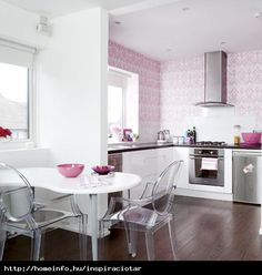 Pink kitchen diner: Patterned pink wallpaper sets the tone for this pretty kitchen Bright Kitchen Colors, Bright Rooms, Bright Kitchens, Home Kitchens, Pink Kitchens, Cocinas Feng Shui, Interior Pastel, Studio Loft, Couleur Rose Pastel