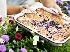 Vid oväntat sommarbesök kan man svänga ihop den här goda och lättbakade kakan.