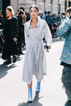 Blue and white stripe street style.
