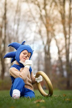 Obviously I couldn't let Halloween pass without showing you my sister's latest Halloween costume creation. SONIC THE HEDGEHOG! Homemade Halloween, Halloween 2015, Holidays Halloween, Halloween Kids, Happy Halloween, Sonic Birthday Parties, Sonic Party, Boy Birthday, Sonic The Hedgehog Halloween Costume