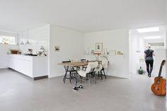 Spisepladsen putter sig i hjørnet Danish House, Office Desk, Facade, Flooring, Building, Kitchen, Table, Inspiration, Furniture