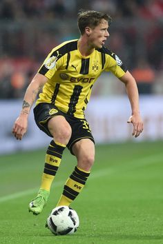 Dortmund's defender Erik Durm plays the ball during the German Cup DFB Pokal semifinal football match between FC Bayern Munich and BVB Borussia Dortmund in Munich, on April 26, 2017. / AFP PHOTO / Christof STACHE / RESTRICTIONS: ACCORDING TO DFB RULES IMAGE SEQUENCES TO SIMULATE VIDEO IS NOT ALLOWED DURING MATCH TIME. MOBILE (MMS) USE IS NOT ALLOWED DURING AND FOR FURTHER TWO HOURS AFTER THE MATCH. == RESTRICTED TO EDITORIAL USE == FOR MORE INFORMATION CONTACT DFB DIRECTLY AT +49 69 67880…