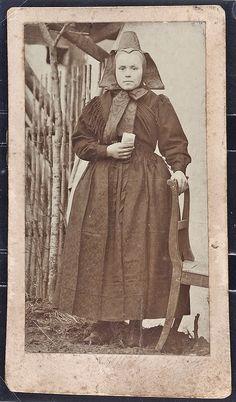 Junge Frau aus Hattenbach in Hersfelder Tracht, um 1890