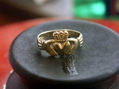 """Het sprekende ontwerp van de Claddagh-ring, twee handen die een hart vasthouden, heeft waarschijnlijk zijn oorsprong in het vissersdorp Claddagh aan de Galway Bay. De dorpelingen gebruikten dit ontwerp al ruim 400 jaar als trouwring, en volgensThomas Dillon's in Galway - de originele makers van de Claddagh-ringen en bovendien de oudste juwelierszaak van Ierland - is het motief van de ring te verklaren met de zin: """"Laat liefde en vriendschap regeren."""" Stap de helder rode en gele winkel van…"""
