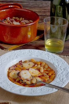 Octopus and Beans via Sandra Angelozzi Chicken Salad Recipes, Seafood Recipes, Mexican Food Recipes, Healthy Recipes, Spanish Dishes, Spanish Food, My Favorite Food, Favorite Recipes, Gula