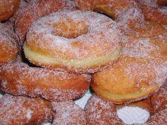 Bomboloni ripieni (di crema, cioccolata, marmellata ecc.) e ciambelle vuote tipiche toscane.