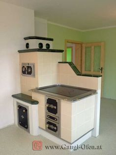 Wood Stove Cooking, Kitchen Stove, Old Kitchen, Rustic Ovens, Dream Home Design, House Design, Alter Herd, Wood Panneling, Solid Fuel Stove