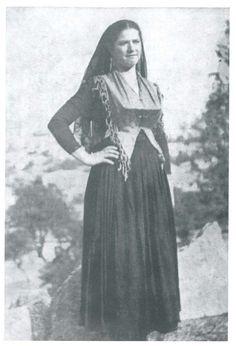 Η φορεσιά της παντρεμένης Λευκαδίτισσας με τον μπούστο, την στέκα και την σπαλέτα. Μια απείρου κάλλους φορεσιά, την οποία αναδείκνυαν περισσότερο τα χρυσαφικά, όπως το ποντάλι, οι καρφοβέλονες, η σπίλα και ο σταυρός, αλλά και οι μπόκολες, ή βεργέτες, στα αυτιά της Λευκαδίτισσας. Greek Costumes, Greek History, Folk Dance, Corfu, Folk Costume, Greece, Culture, Island, Traditional