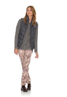 Eine wunderbare Deko für Ihre Beine. Der herbstliche Flowerprint zieht die Blicke auf sich und macht diese Damenhose zu etwas ganz Besonderem. Der Print in aktuellen Herbsttönen versteht sich Vermittler zu den verschiedenen Farbthematiken. Damit setzt die moderne Five-Pocket-Hose einen tollen Akzent zu cleaner Knitwear und gibt Ihrem Herbst-Outfit eine sehr charmante Note.  Form: Fit: Slim Fit,...
