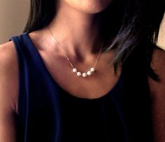 """Perlen Halskette """"Fives"""" Mittellange Halskette aus vergoldetem silber mit 5 Perlen, jede getrennt durch eine goldene Kugel. Sehr weiblich."""