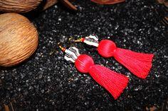 Boucles d'Oreilles gros pompon rouge et perle artisanale pailleté : Boucles d'oreille par stee