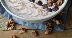 Haastamme sinut kokeilemaan kuukautta vegaanina! Hummus, Oatmeal, Pudding, Breakfast, Ethnic Recipes, Desserts, Food, The Oatmeal, Morning Coffee