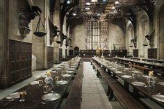 Gran sala con un techo encantado que refleja el que hay afuera. Hay cuatro mesas…
