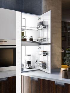 Cucine moderne con isola: design e luce con Lux | Snaidero. Dettaglio sull'armadio angolare soprapiano con cestelli estraibili. Una soluzione