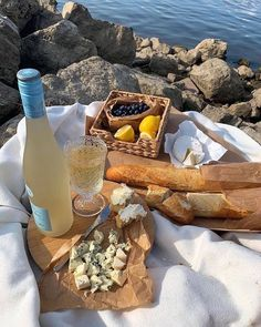 Dream picnic date with wine Think Food, Love Food, Comida Picnic, Little Lunch, Picnic Date, Summer Picnic, Italian Summer, European Summer, Oui Oui