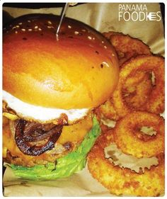 #PanamaFoodies • Hamburguesa con anillos de cebolla ○ Burger with onion rings • www.panamafoodies.com | #FOODIES #PANAMA #YUM #FoodPorn #Restaurante #Restaurant #Slabon