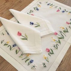 Embroidered placemats and napkins Personalised Placemats, Monogrammed Napkins, Linen Placemats, Linen Napkins, Hand Embroidery Designs, Embroidery Patterns, Stitch Crochet, Brazilian Embroidery, Clothes Crafts