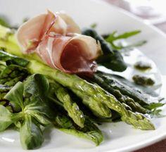 Asparagus and ham with green salad - Parsaa ja kinkkua salaattipedillä, resepti – Ruoka.fi Asparagus Recipe, Meat, Vegetables, Recipes, Food, Beef, Veggies, Veggie Food, Rezepte