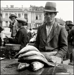 Herbert List 1938 Bucharest. Fishmonger Modern Photography, Artistic Photography, Black And White Photography, Street Photography, The Shadow Over Innsmouth, Vivian Mayer, Herbert List, Max Ernst, Vintage Italy