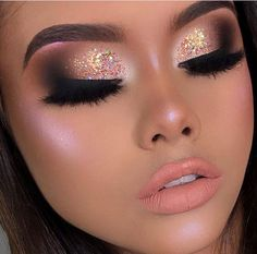 Exceptional Makeup inspiration tips are offered on our site. Take a look and you wont be sorry you did. Gold Makeup Looks, Glam Makeup Look, Sexy Makeup, Blue Makeup, Simple Prom Makeup, Goth Makeup Tutorial, Silvester Make Up, Coachella Makeup, Carnival Makeup