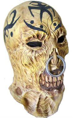 mascara de monstro tatuado