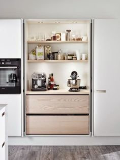 An integrated kitchen, it& so chic!- Une cuisine intégrée, c'est tellement chic ! An integrated kitchen, it& so chic! decocrush – www. Kitchen Inspirations, New Kitchen, Pantry Design, House Interior, Kitchen Interior, Home Kitchens, Hidden Kitchen, Kitchen Trends, Kitchen Renovation