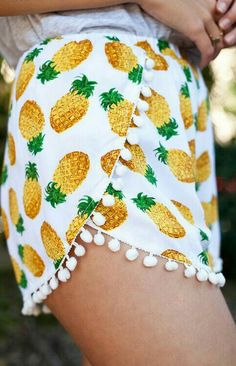 Really into the pineapple and pompom shorts trends! Look Fashion, Diy Fashion, Ideias Fashion, Fashion Shorts, Teen Fashion, Runway Fashion, Fashion Jewelry, Fashion Trends, Sleeve Designs