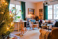 Olohuoneeseen tulvii luonnonvaloa kahdesta isosta ikkunasta. Kalustus on kerätty pääosin sukulaisilta perityistä kalusteista. Ikkunan alla on kokoon taittuva 14 hengen ruokapöytä. Se on tehty 1700-luvun mallin mukaan Ruotsin museoviraston luvalla. Puuhevosen on saanut perheen nyt jo aikuinen poika 3-vuotislahjaksi.