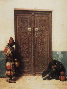 У дверей мечети. Василий Верещагин. Историческая картина, фото людей.