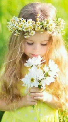 Beautiful little girl holding a bouquet of white flowers and wearing a daisy flower crown. Cute blond little girl in Spring. Little Girl Photos, Girl Pictures, Toddler Pictures, Cute Little Girls, Cute Kids, Cute Babies, Little Girl Photography, Photography Flowers, Cute Children Photography