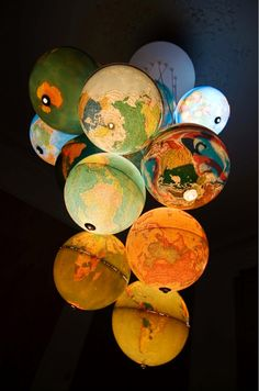 luminaria com globos terrestres