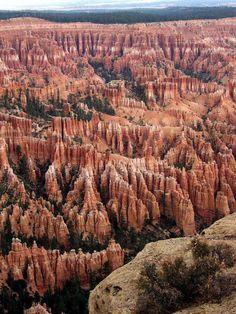 #USA Bryce Canyon, dans l'Utah La particularité de Bryce Canyon, ce sont les hoodoos, ou cheminées de fée : des formations géologiques façonnées par l'érosion. Les hoodoos tiennent une place importante dans les croyances des Amérindiens, qui les considéraient comme des êtres ayant été pétrifiés pour avoir mal agi.